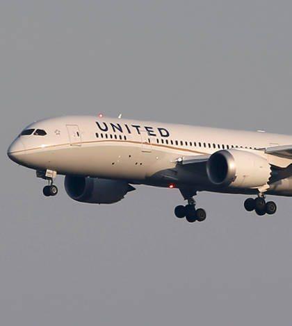 Arrastran a pasajero para sacarlo de un avión de United Airlines