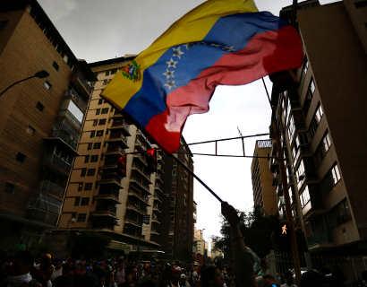 Rival de Maduro garantiza apoyo en dólares a venezolanos