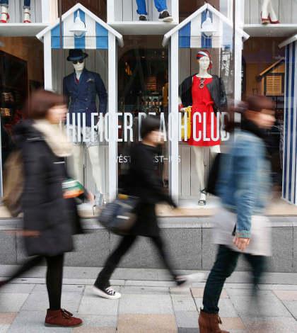 Ventas de casas en EU caen; confianza del consumidor, en máximos de 6 años