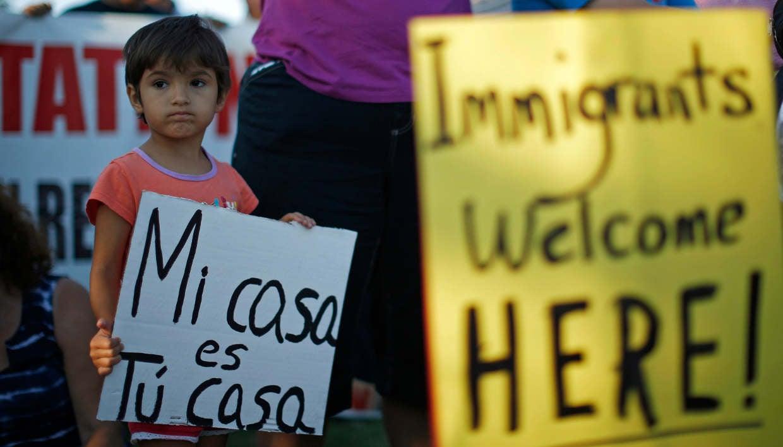 EU suspende temporalmente deportaciones de familias inmigrantes