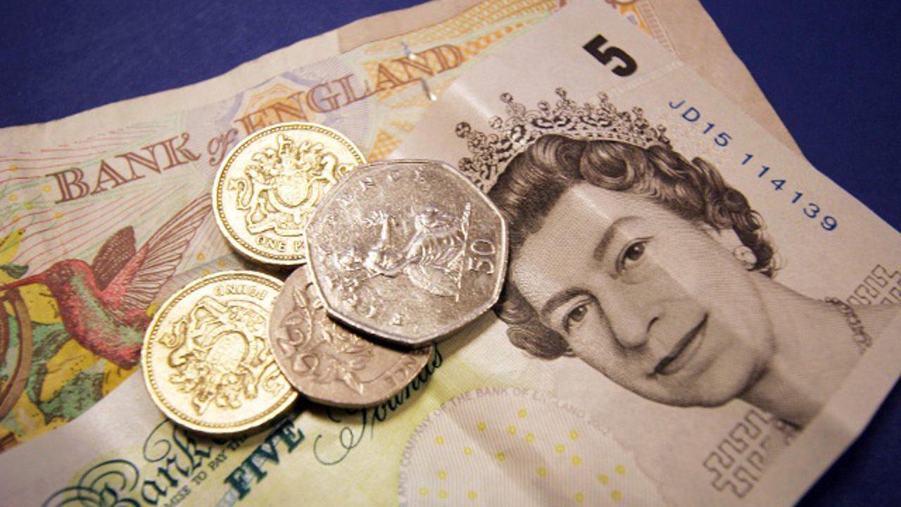 Renuncia de ministros desploma a la libra frente al dólar