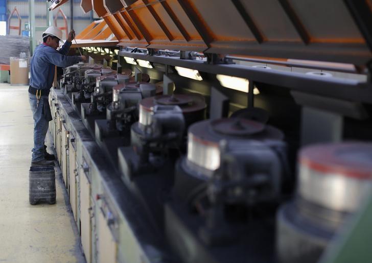 Producción industrial mantiene ligero crecimiento en octubre