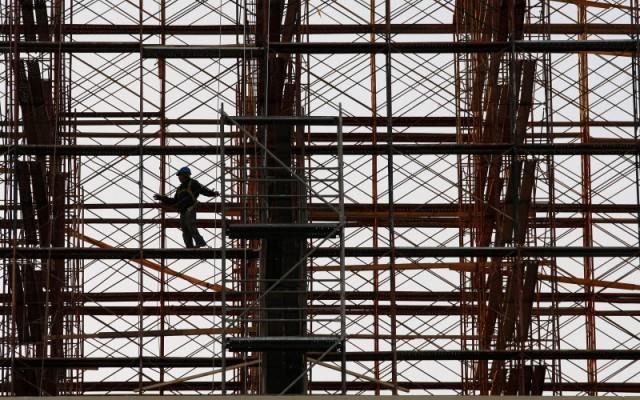 Un empleado de una construcora labora en las alturas. (Foto: Reuters)