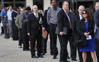 Solicitudes por desempleo en EU apuntan a mercado laboral más fuerte
