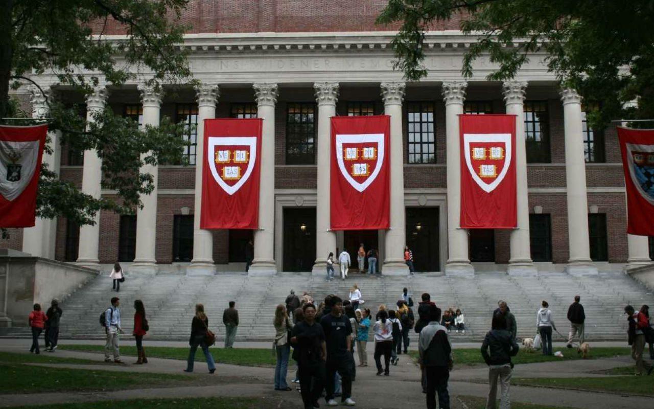 Harvard quita lugar a estudiantes por memes contra mexicanos