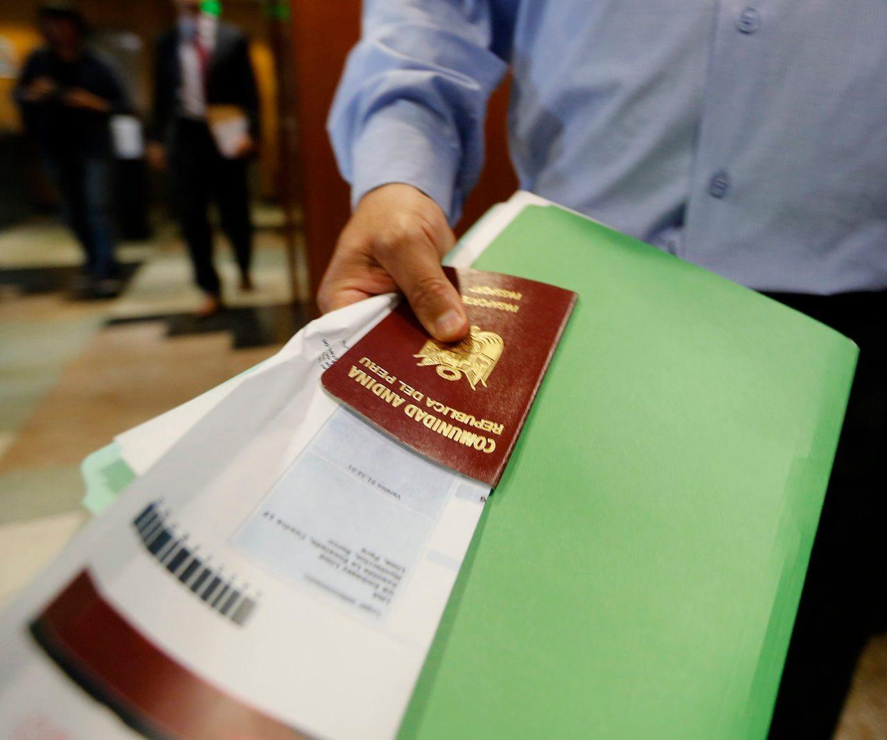 Proponen ley en EU para impedir que se nieguen pasaportes a hispanos