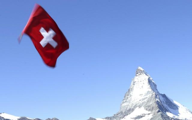 Bandera de Suiza ondeada durante un festival en los Alpes suizos (Foto: Reuters.)