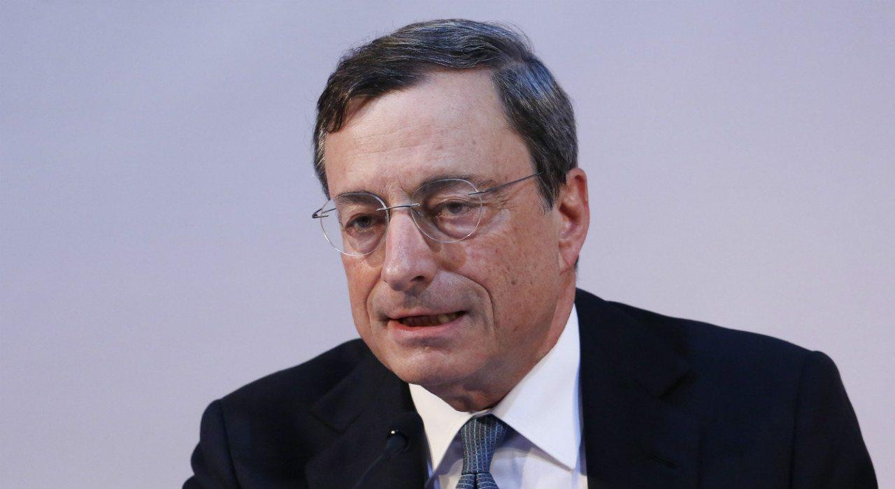 Compra de bonos protege a zona euro de Grecia: Draghi