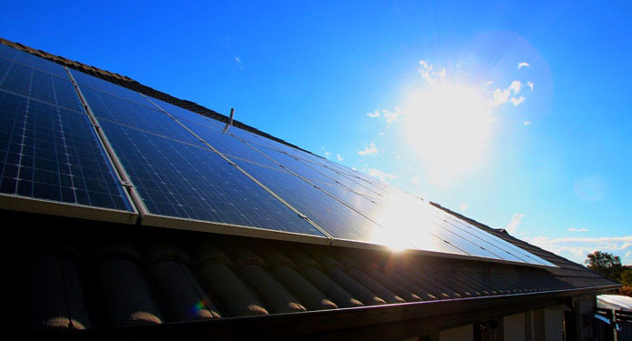 Pese a críticas internas, gobierno de AMLO mantiene meta de energías limpias
