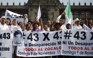 Manifestantes en la Plaza de la Constitución de la Ciudad de México exigiendo justicia para los 43 estudiantes desaparecidos en Iguala, Guerrero (Reuters).