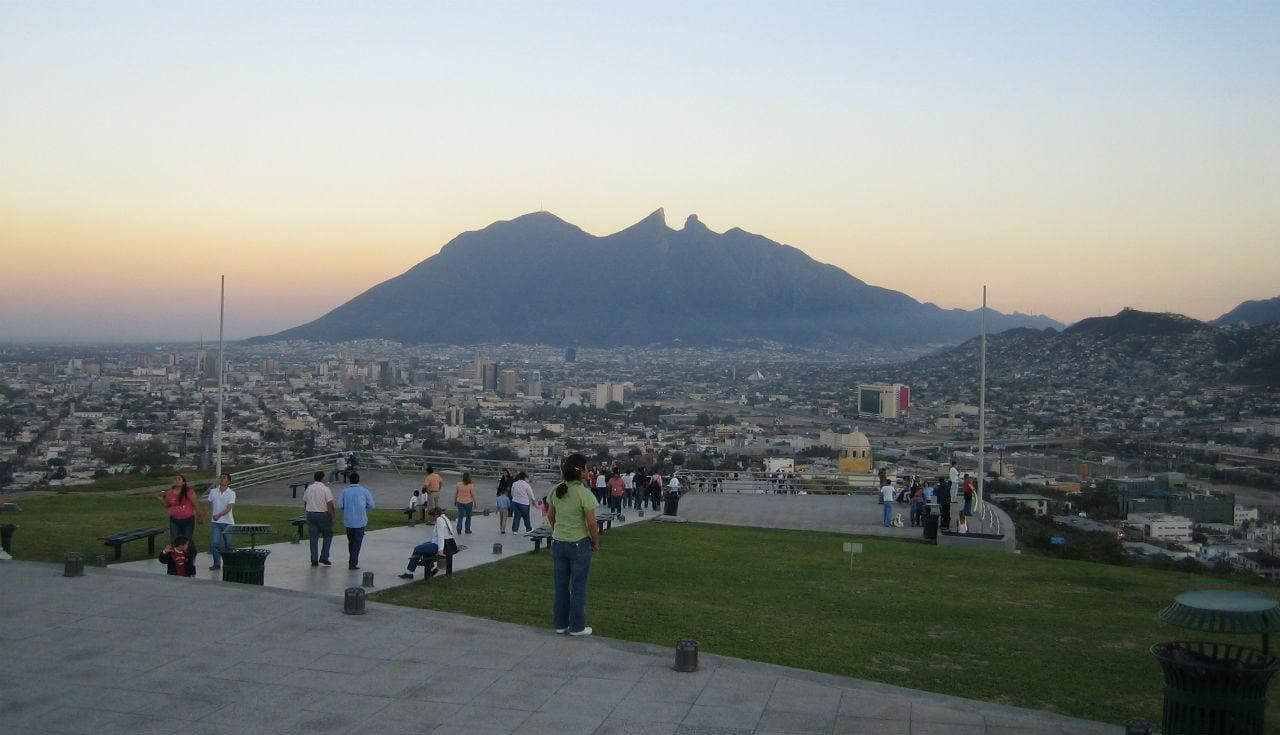 Heineken inaugura en Monterrey torre con tecnología para limpiar el aire