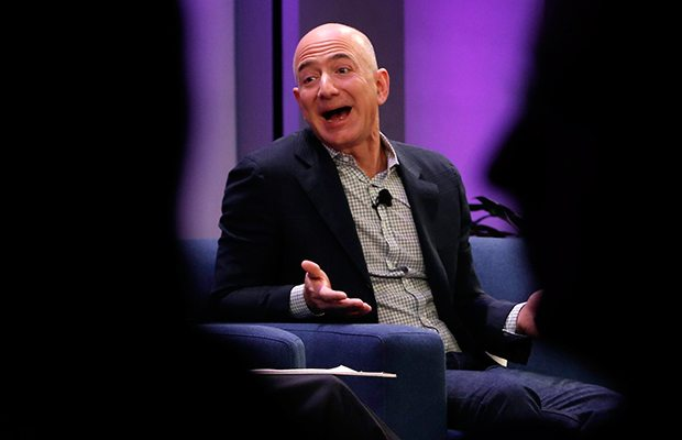 Con 104,000 mdd, Jeff Bezos no es la persona más rica de la historia