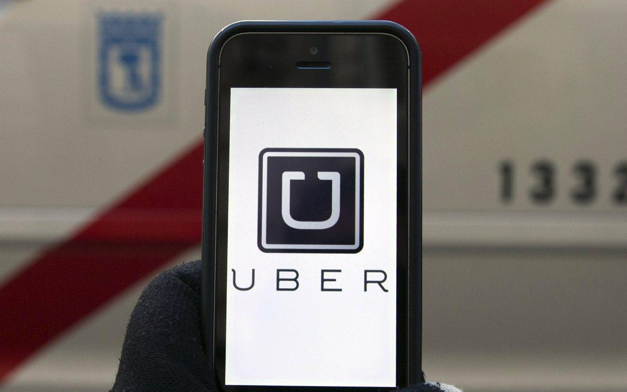 Uber lanza tarjeta de débito en alianza con Bankaool y Mastercard