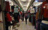 Mujer recorre almacén de ropa (Foto: Reuters)
