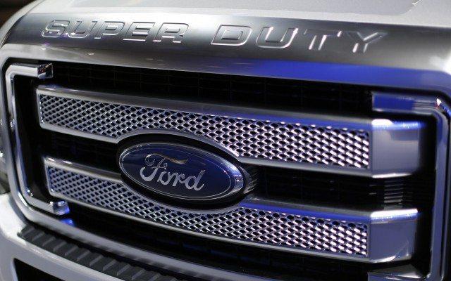 El logo de Ford visto en un automóbil durante una feria en Washington