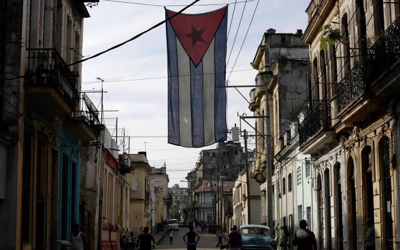 Cuba planea primera devaluación desde la revolución de 1959