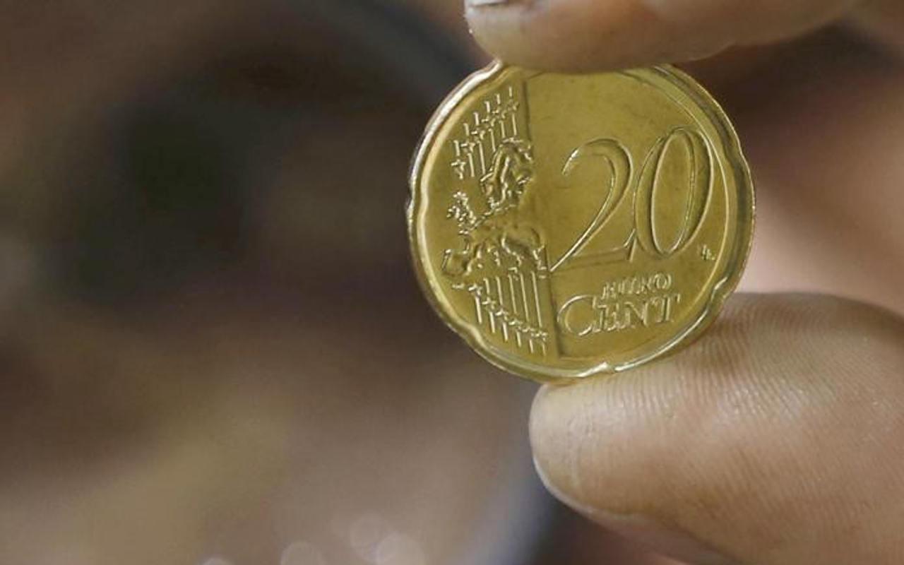 El euro retrocede desde máximo de tres años