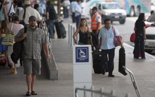 Turistas llegan al aeropuerto de Cancún (Foto: Reuters)