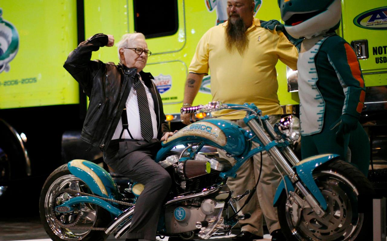 Warren Buffet lleva en sus bolsillos 400 dólares y una American Express