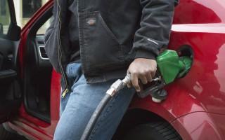 Hombre en una estación de gasolina.  (Foto: Reuters).
