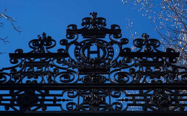 Emblema de Harvard en la reja del parque universitario. Foto: Reuters.