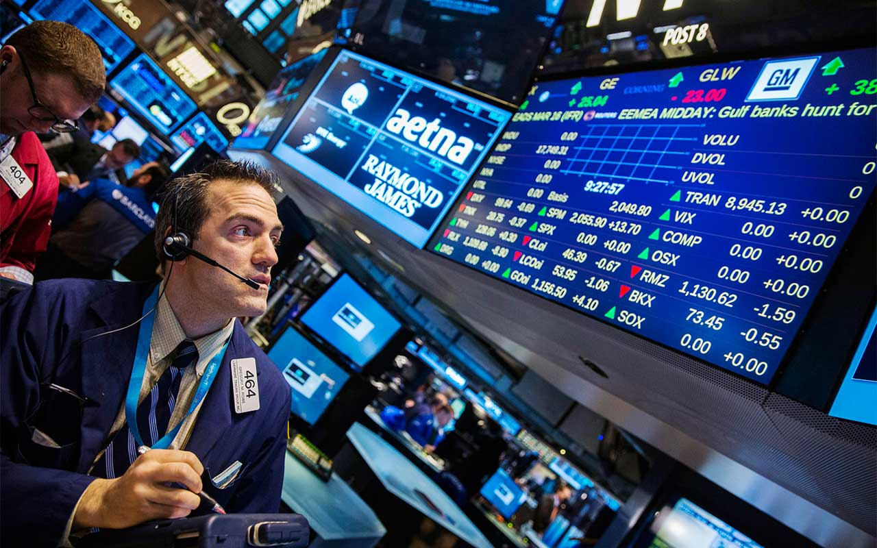 Ganancias trimestrales llevan al Dow Jones a rebasar los 26,000 puntos