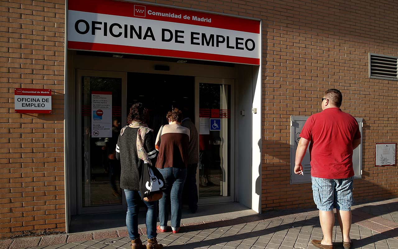 Rey de España encarga formar Gobierno a partido opositor