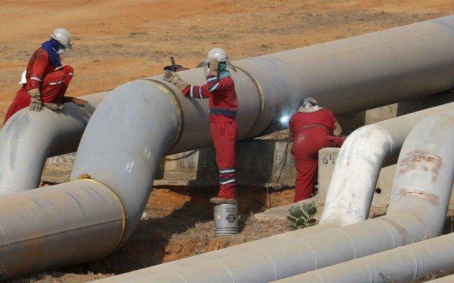 Trabajadores reparan un gasoducto en Venezuela (Reuters).
