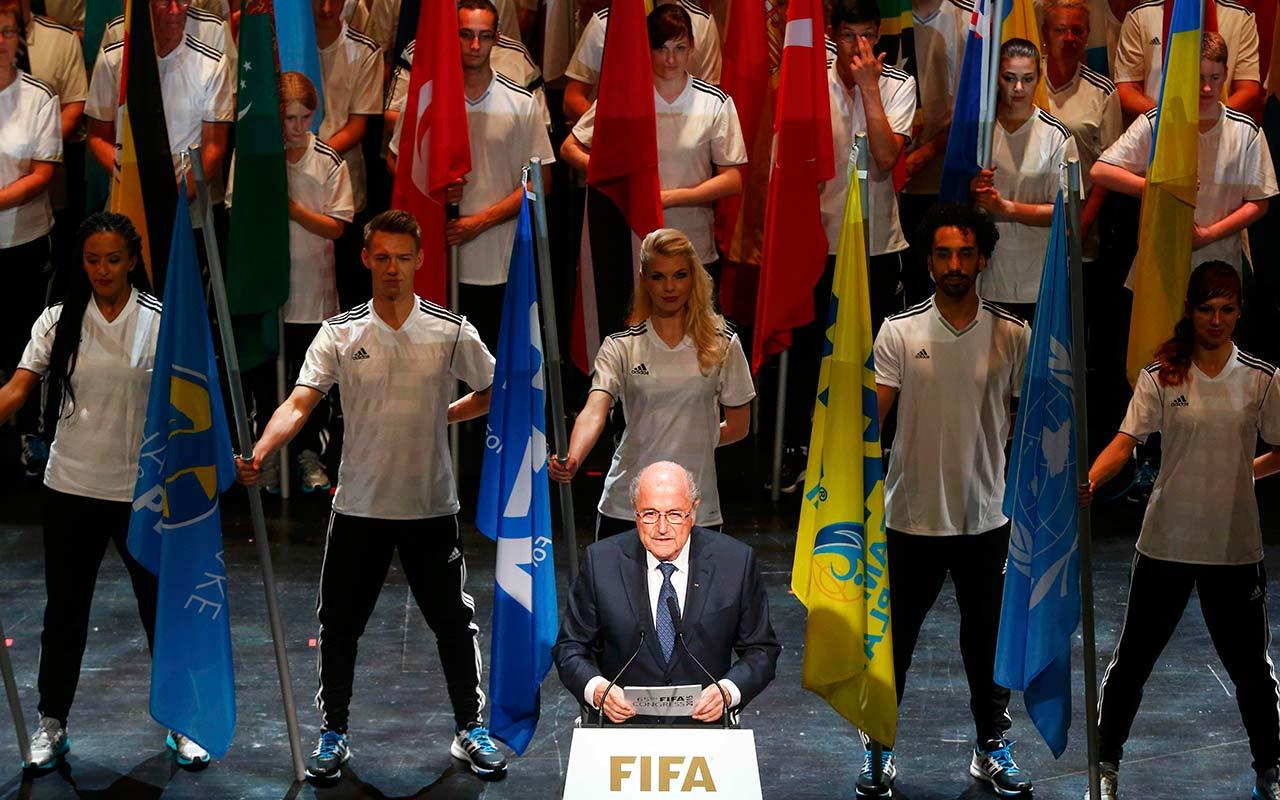 Conmebol lamenta salida de Blatter; ex figuras celebran su decisión