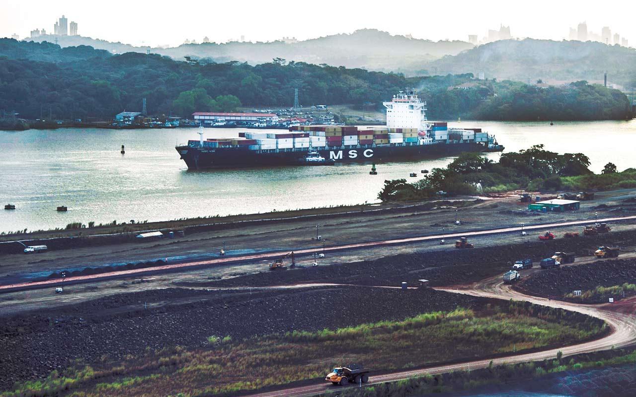 Buque portacontenedores rompe marca de capacidad en el Canal de Panamá