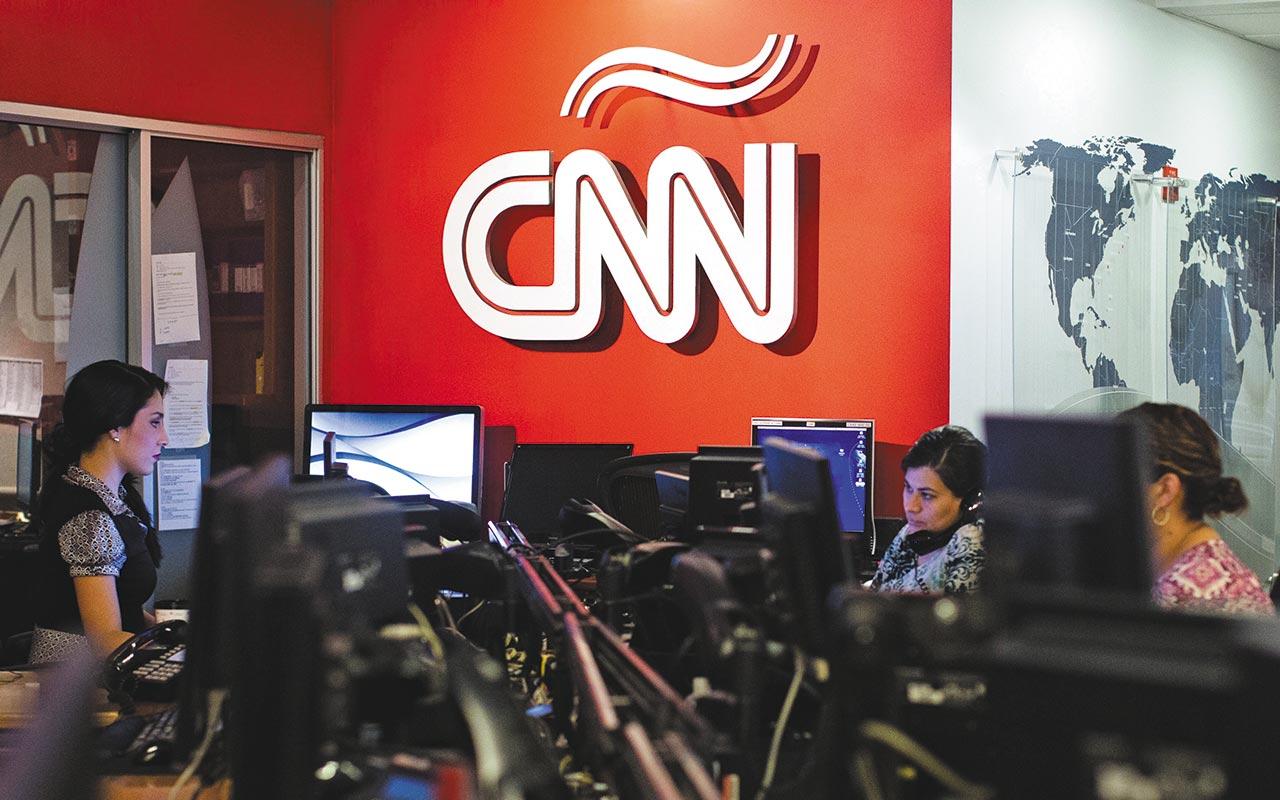 Trump pide revisar licencias de CNN y NBC por su línea editorial