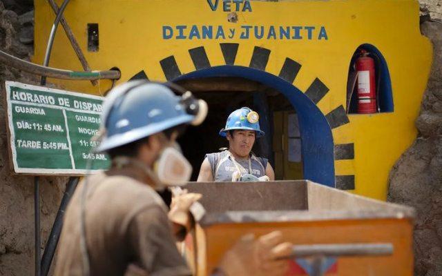 Trabajadores en una mina de Perú (Reuters).