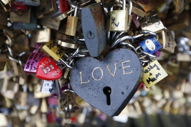 París retira los candados del amor del puente de las Artes