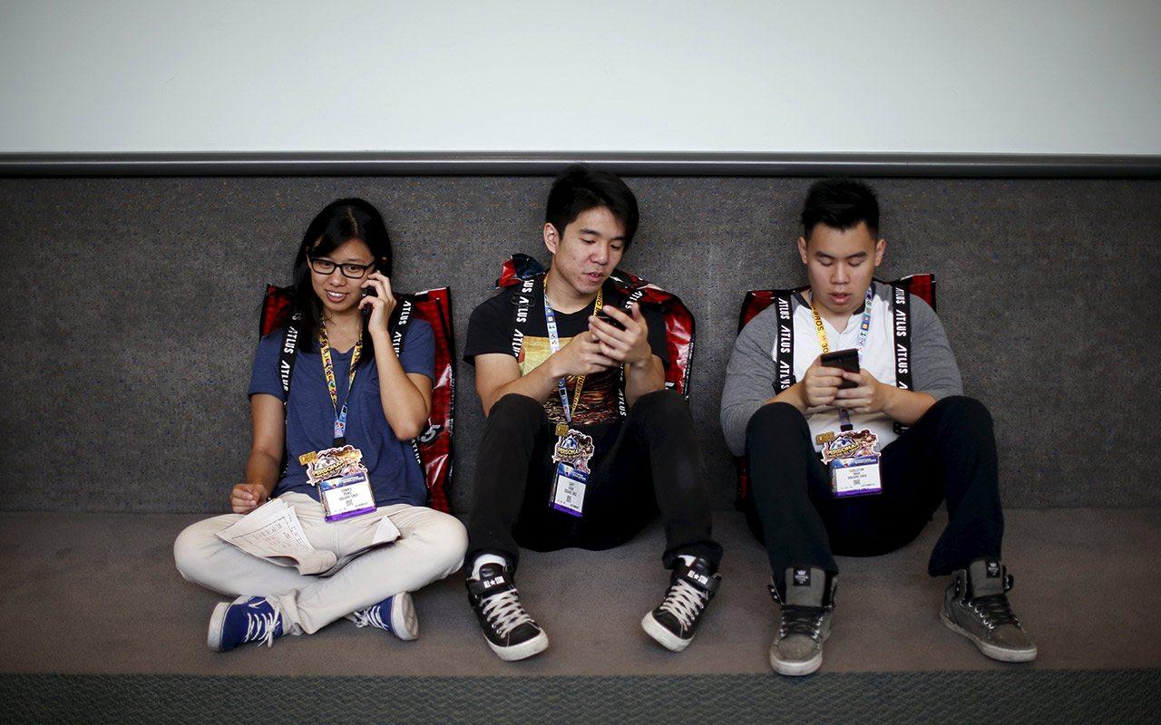 Francia prohíbe a alumnos usar celular en las escuelas
