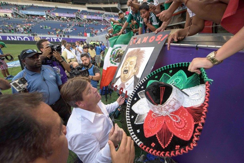 TV Azteca pide investigar agresión de Miguel Herrera  a Christian Martinoli