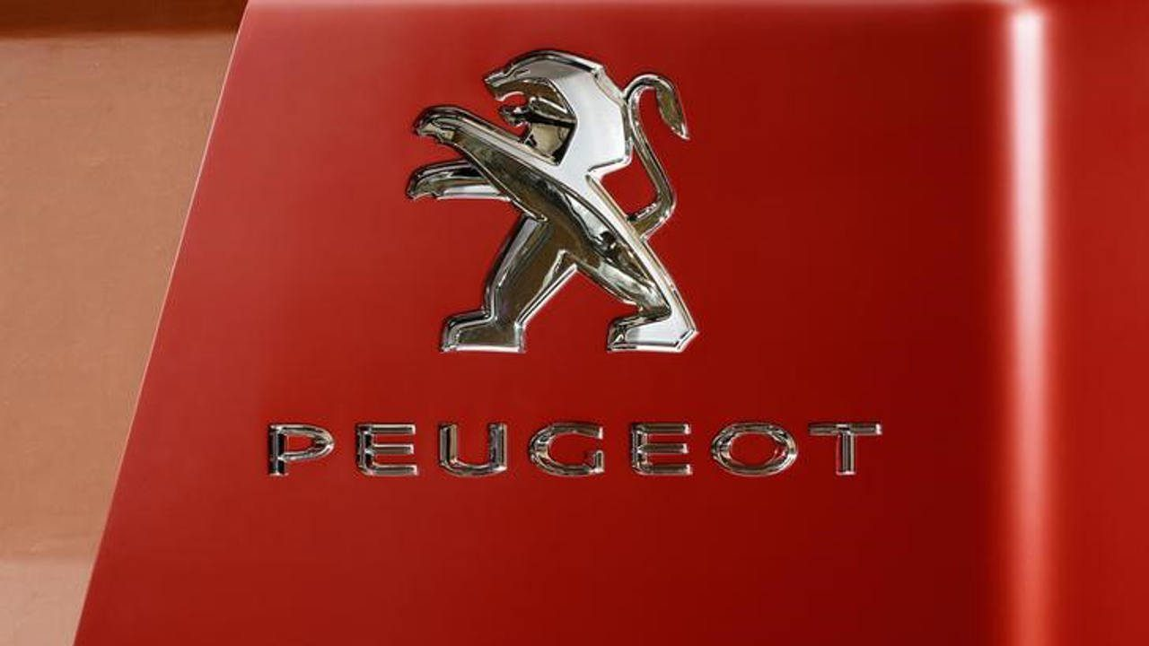 Peugeot planea recortar 1,300 empleos tras flexibilización laboral en Francia