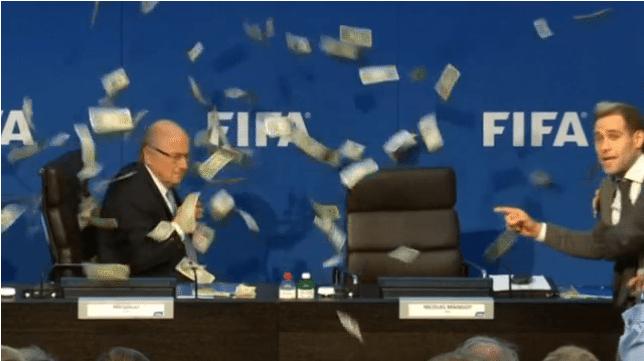Comediante le arroja dinero a Joseph Blatter