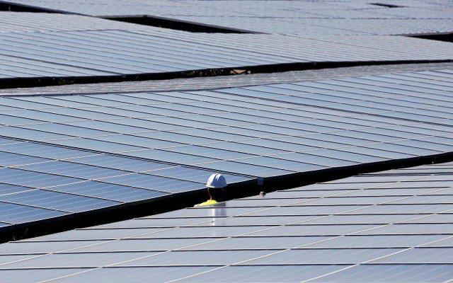 La petrolera que cubrirá un desierto con paneles solares