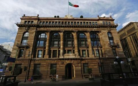 Gobierno debe actuar tras revisión de perspectiva crediticia: Banxico