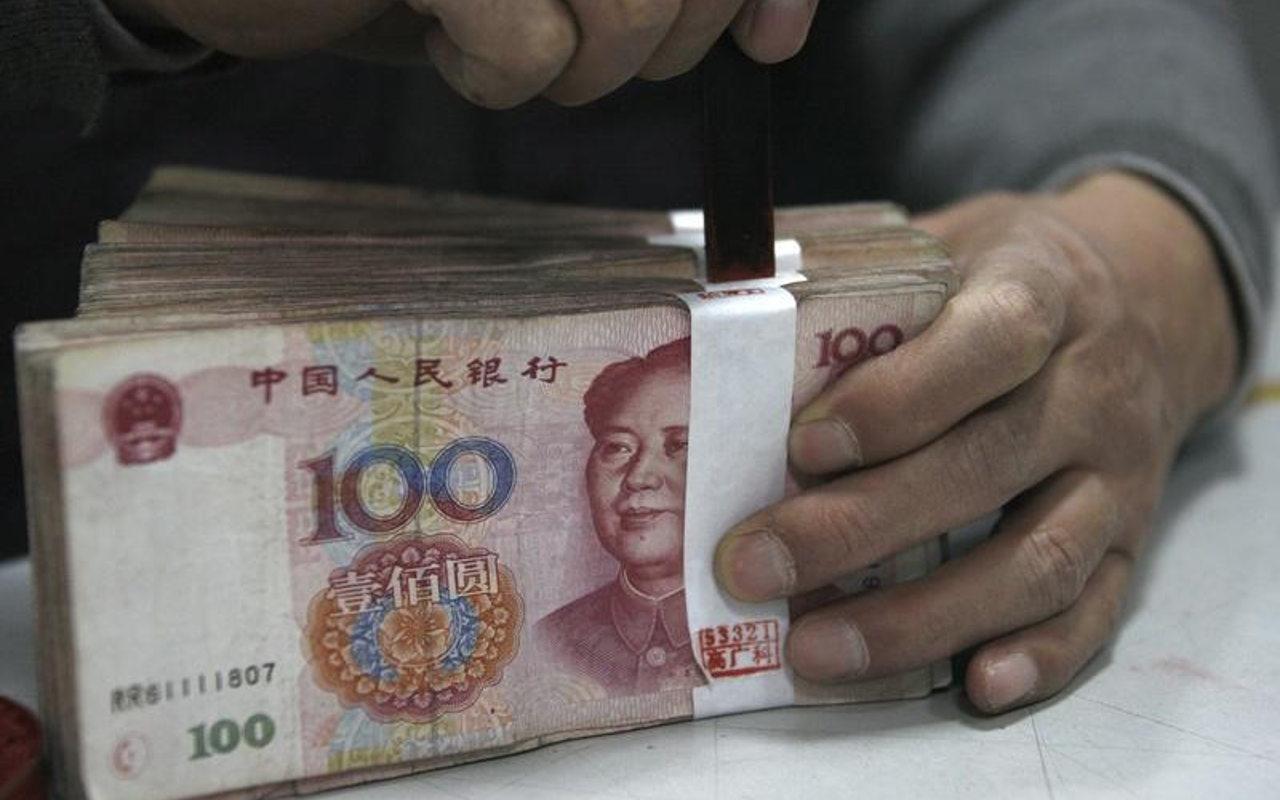 Bolsa de China se desploma 6% ante debilidad del yuan