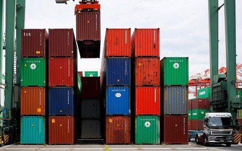 Déficit comercial de EU registra su mayor caída en cuatro años