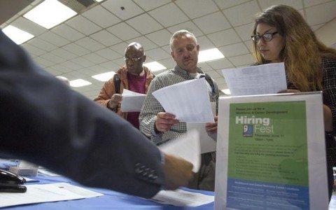 Nuevos pedidos de ayuda por desempleo cayeron más de lo esperado