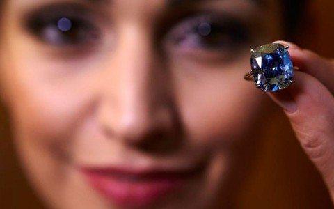 Diamante azul rompe récord en subasta de Sotheby's