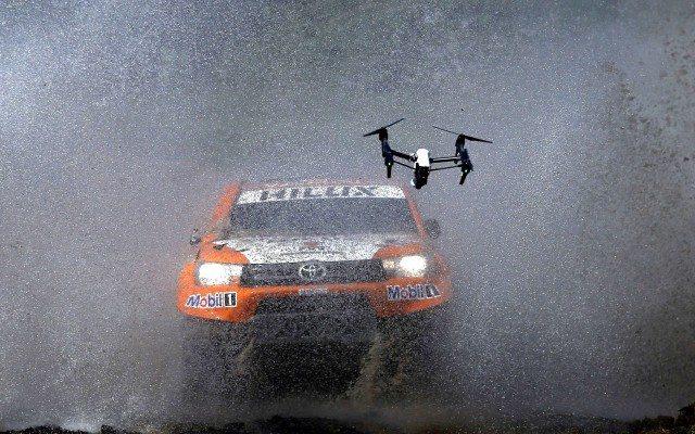 Un dron graba con su cámara a este Toyota en el Rally Dakar 2016. (Foto: Reuters)