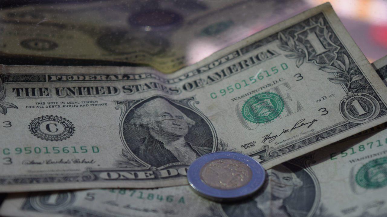 Peso cae por toma de utilidades; BMV abre con pérdidas