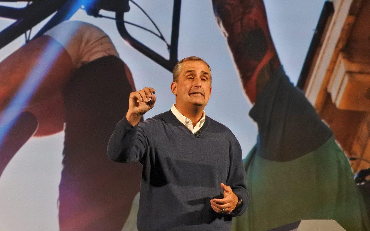Brian Krzanich, mostrando el módulo Curie. (Foto: Staff)