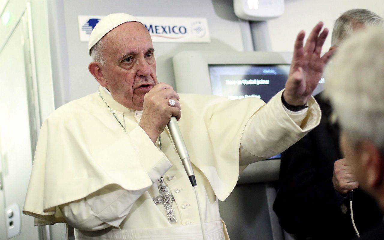 Con una gorra golpean al Papa Francisco durante su vista a Chile