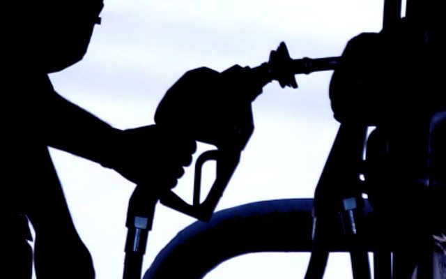 Despachador de una estación de gasolina. Foto: Reuters.