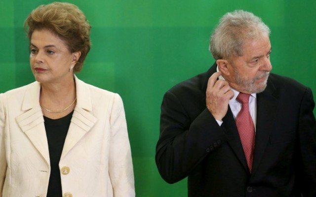 La presidenta brasileña Dilma Rousseff junto al ex presidente Lula da Silva, durante la ceremonia de nombramiento de Lula como jefe de gabinete, en el Palacio de Planalto, en Brasilia, Brasil. 17 de marzo de 2016. La Unión de Naciones Suramericanas (Unasur) prepara una declaración para respaldar a la presidenta de Brasil, Dilma Rousseff, dijo el canciller de Uruguay, Rodolfo Nin Novoa, en momentos en que la mandataria enfrenta un creciente descontento social y una amenaza de juicio político para destituirla. REUTERS/Adriano Machado