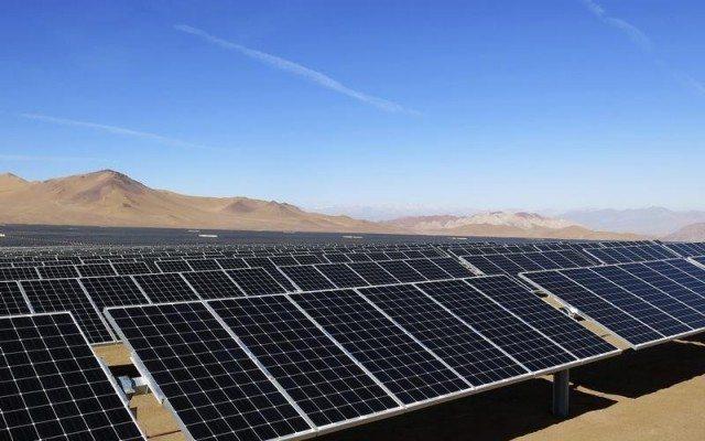 Paneles solares en el desierto. Foto: Reuters